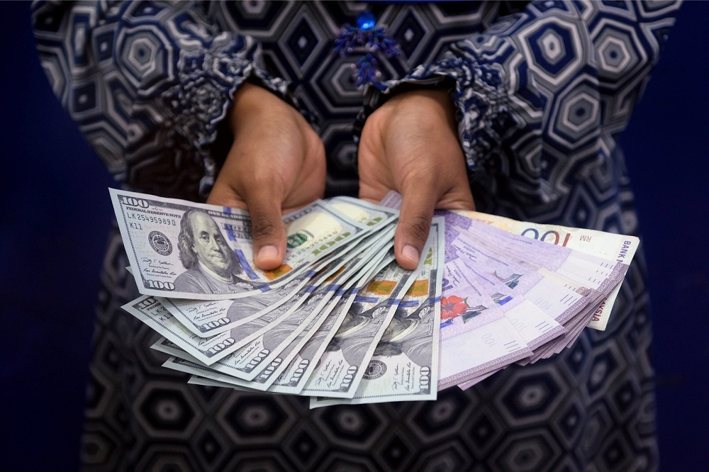 At 9.01am, the local note eased to 4.1620/1670 against the greenback from 4.1615/1640 at Tuesday's close. — Bernama pic