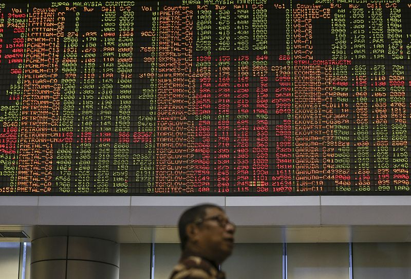 On the broader market, there were 348 gainers and 338 losers, while 384 counters were unchanged, 1,092 untraded and 27 others suspended.— Picture by Azneal Ishak