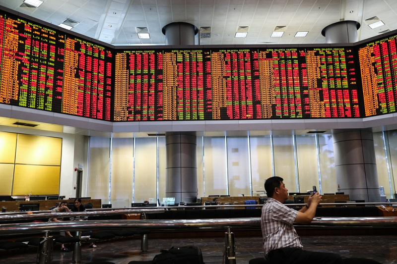 There were 499 gainers against 532 losers, while 431 counters were unchanged, 686 untraded and 32 others suspended. — Picture Ahmad Zamzahuri