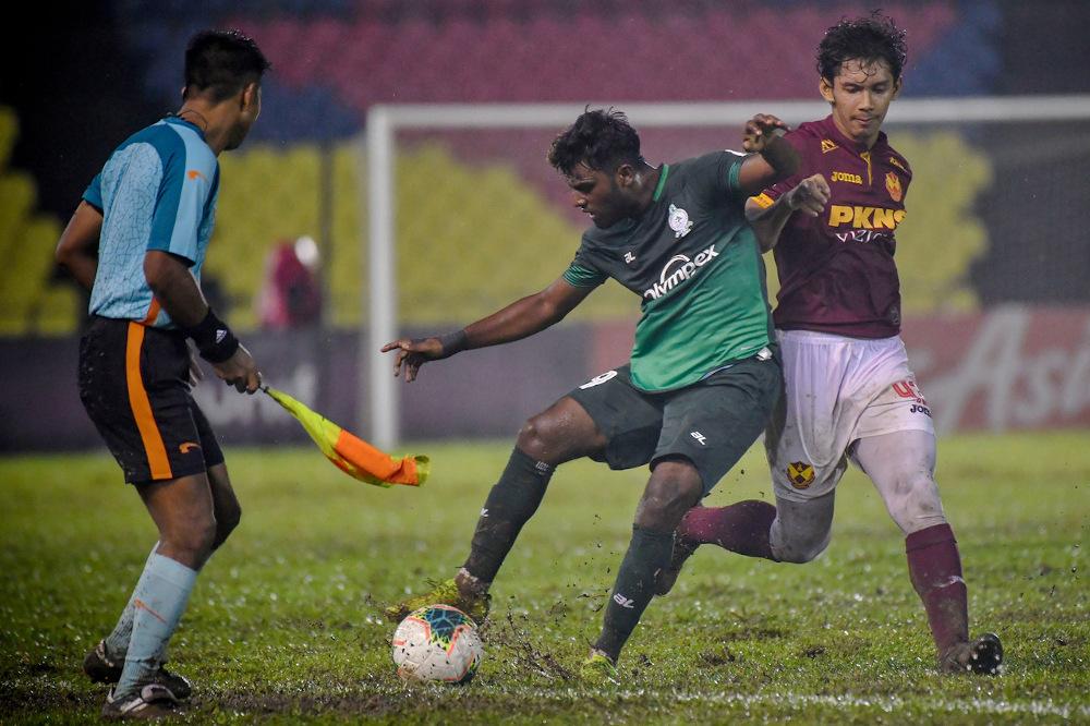 Melaka United's Deevan Raj Siva Balan (centres) and Selangor's Ahmad Zikri Mohd Khalili (right) in action during the Malaysia Cup match at Stadium Hang Jebat Krubong, Melaka November 8, 2020. — Bernama pic