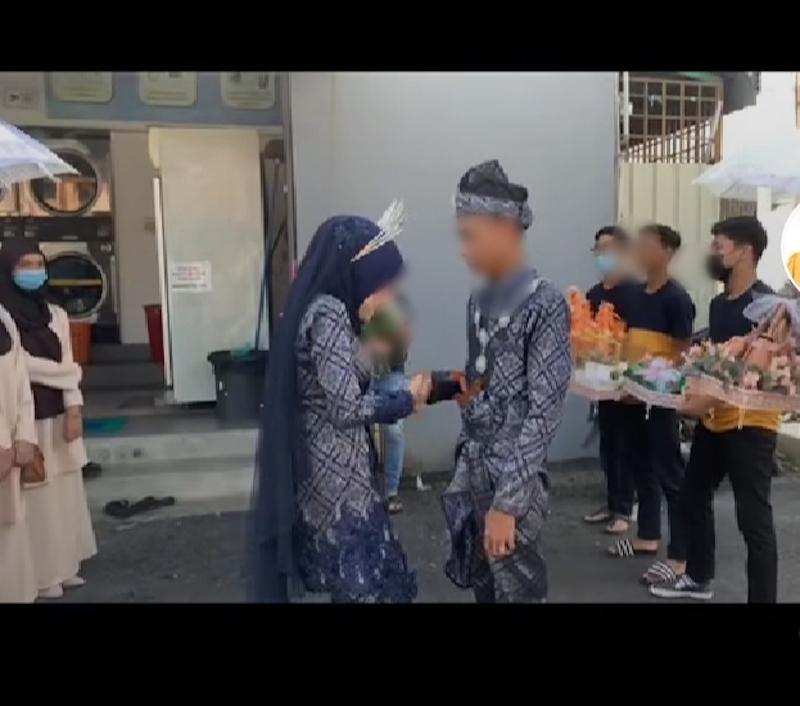 The young teenage couple's wedding went viral on TikTok. —Screenshot via TikTok/hariafiqah1
