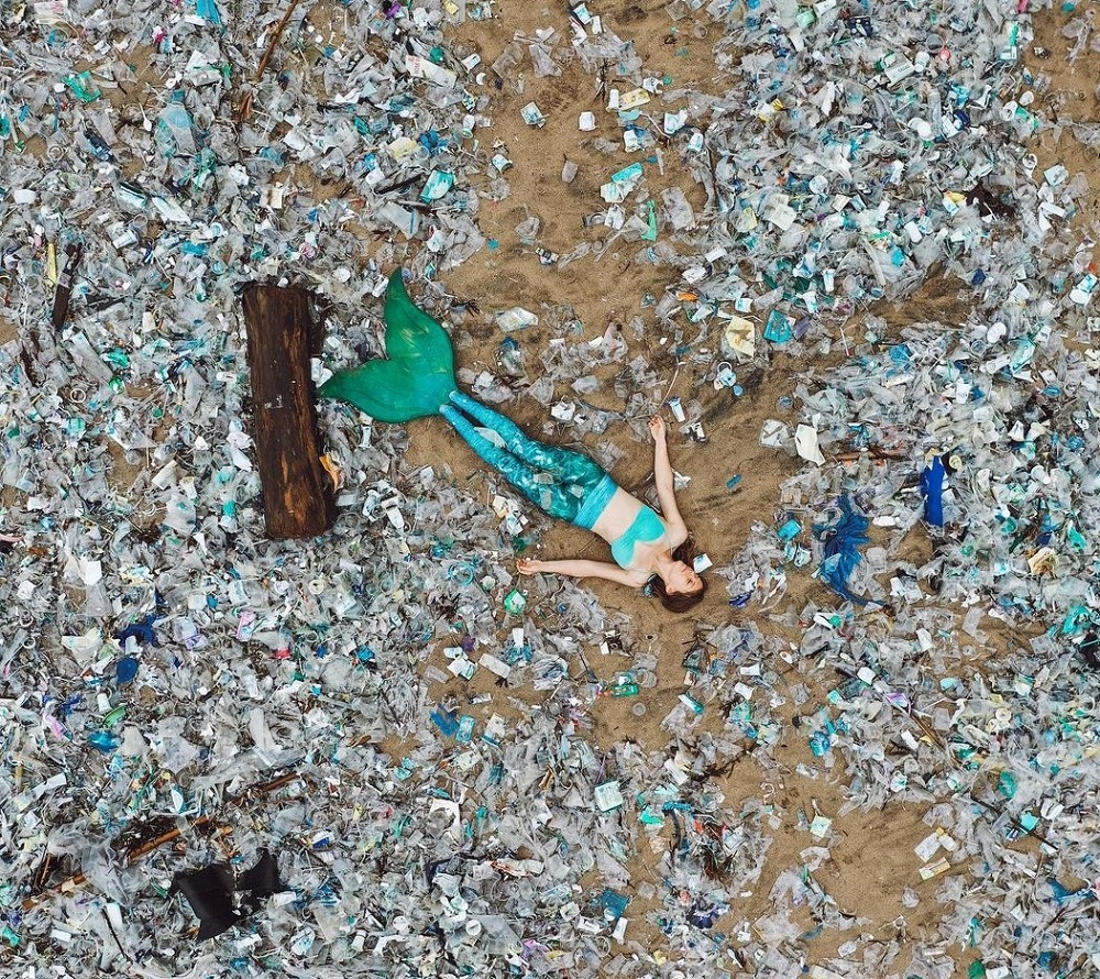 Laura posted a picture  surrounded by trash to send a powerful message to the community on preserving the environment. ― Picture via instagram/laurainwaterland