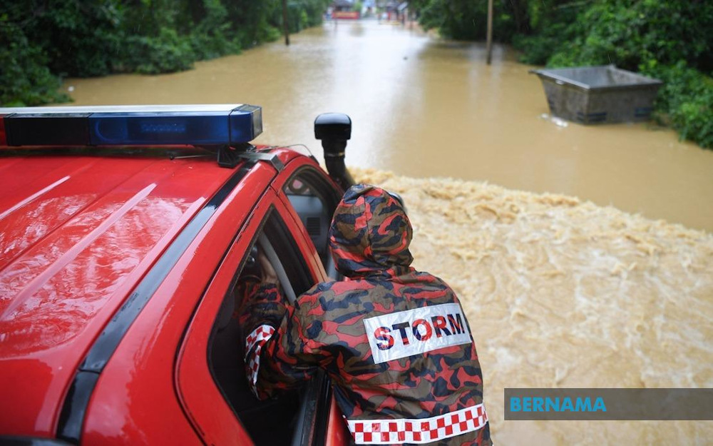 Due to worsening floods in Kelantan, the police are warning people to move immediately to evacuation centres or face action. — Picture via Twitter/Bernama