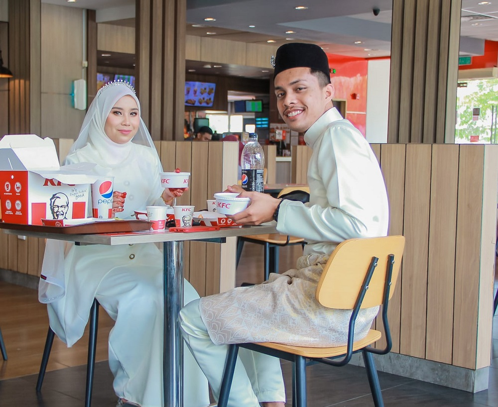 Nurdiana Amirah Khairil Asnizar and her husband dining-in at KFC after all other restaurants were closed that day. ― Picture via Facebook/AngahPhotog