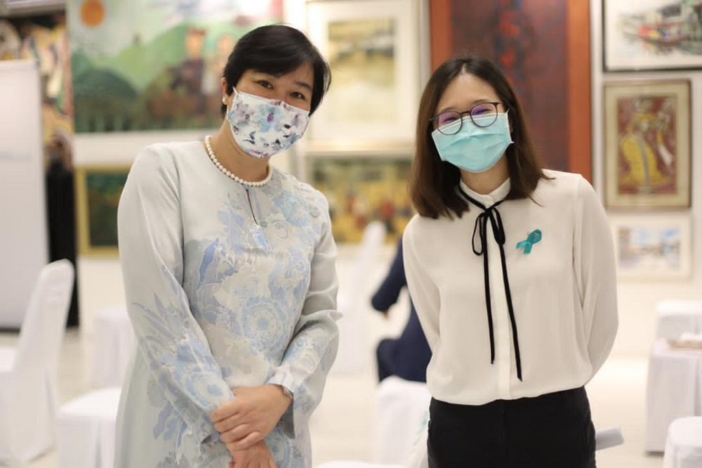 Khoo (right) with her PhD supervisor Prof Dr Woo Yin Ling, who is medical technical advisor and lead researcher at the Rose Foundation. ― Picture courtesy of Khoo Su Pei