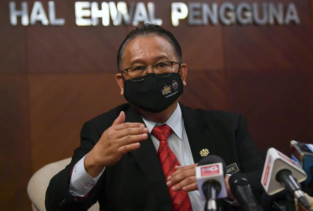 Domestic Trade and Consumer Affairs Minister Datuk Seri Alexander Nanta Linggi speaking to reporters after receiving a work visit from Prime Minister Tan Sri Muhyidin Yassin to the ministry's Enforcement Command Centre in Putrajaya, April 23, 2021. — Bernama pic