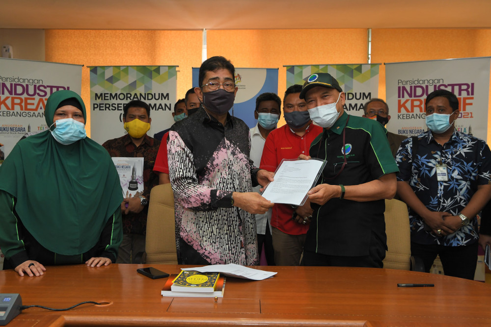 The memorandum, which asks the government to take action against operators of illegal gambling, was handed over by Malaysian Muslim Consumers' Association (PPIM) chief activist Datuk Nadzim Johan to Datuk Zahidi Zainul Abidin at his office at Angkasapuri April 22, 2021. — Bernama pic