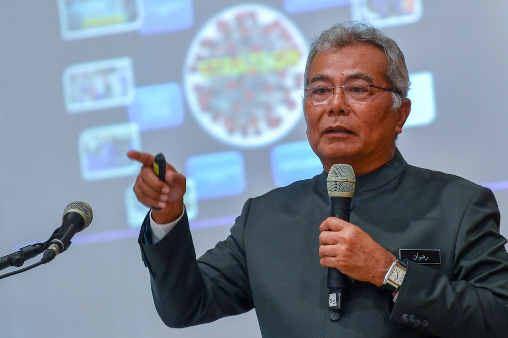 Datuk Seri Mohd Redzuan Md Yusof speaks during a Prihatin Malaysia programme on Covid-19 Management: Current issues at Alor Gajah Municipal Council hall, April 8, 2021. — Bernama pic