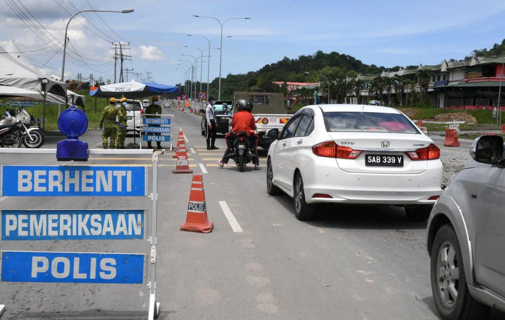 Rela officers and police man a roadblock on Jalan Telipok-Kota Kinabalu in Sabah, May 10, 2021. — Bernama pic