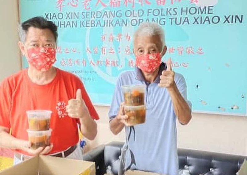 Bruce prepared steamed pork paired and pld cucumber pork ribs soup for the old folks in Xiao Xin Old Folks home in Serdang.. — Picture courtesy of Facebook / Wongka Food Delivery Service