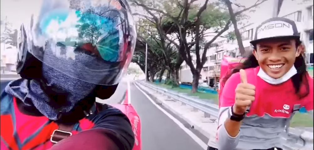 Foodpanda rider Yuazwan Jusoh (left) helped the Foodpanda walker (right) trying to visit his father at Selayang Hospital. — Screenshot from TikTok/Yuazwan Jusoh