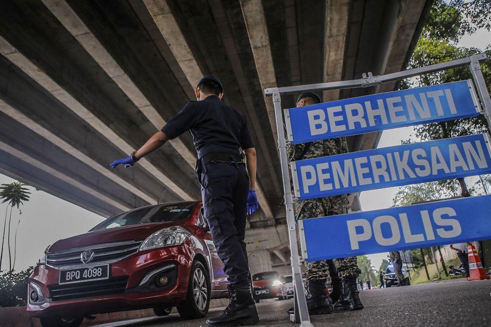 Police and Armed Forces personnel conduct checks on vehicles at a roadblock at Bandar Sri Menjalara June 1, 2021. — Picture by Hari Anggara