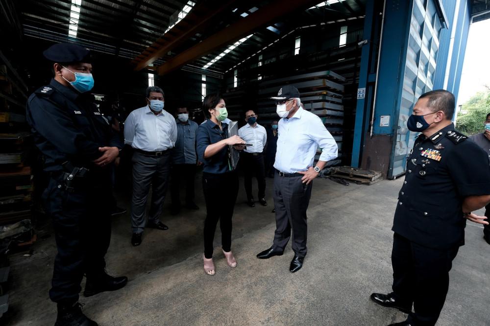 Home Minister Datuk Seri Hamzah Zainudin visits a factory in Balakong to monitor SOP compliance, June 2, 2021. — Bernama pic
