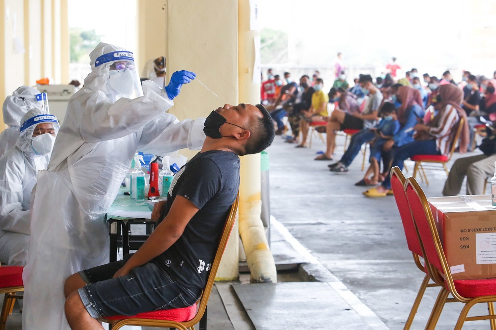 Health officers conduct the Covid-19 antigen rapid test. — Picture by Choo Choy May