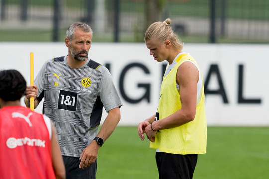Marco Rose chats with Erling Haaland in Borussia Dortmund training