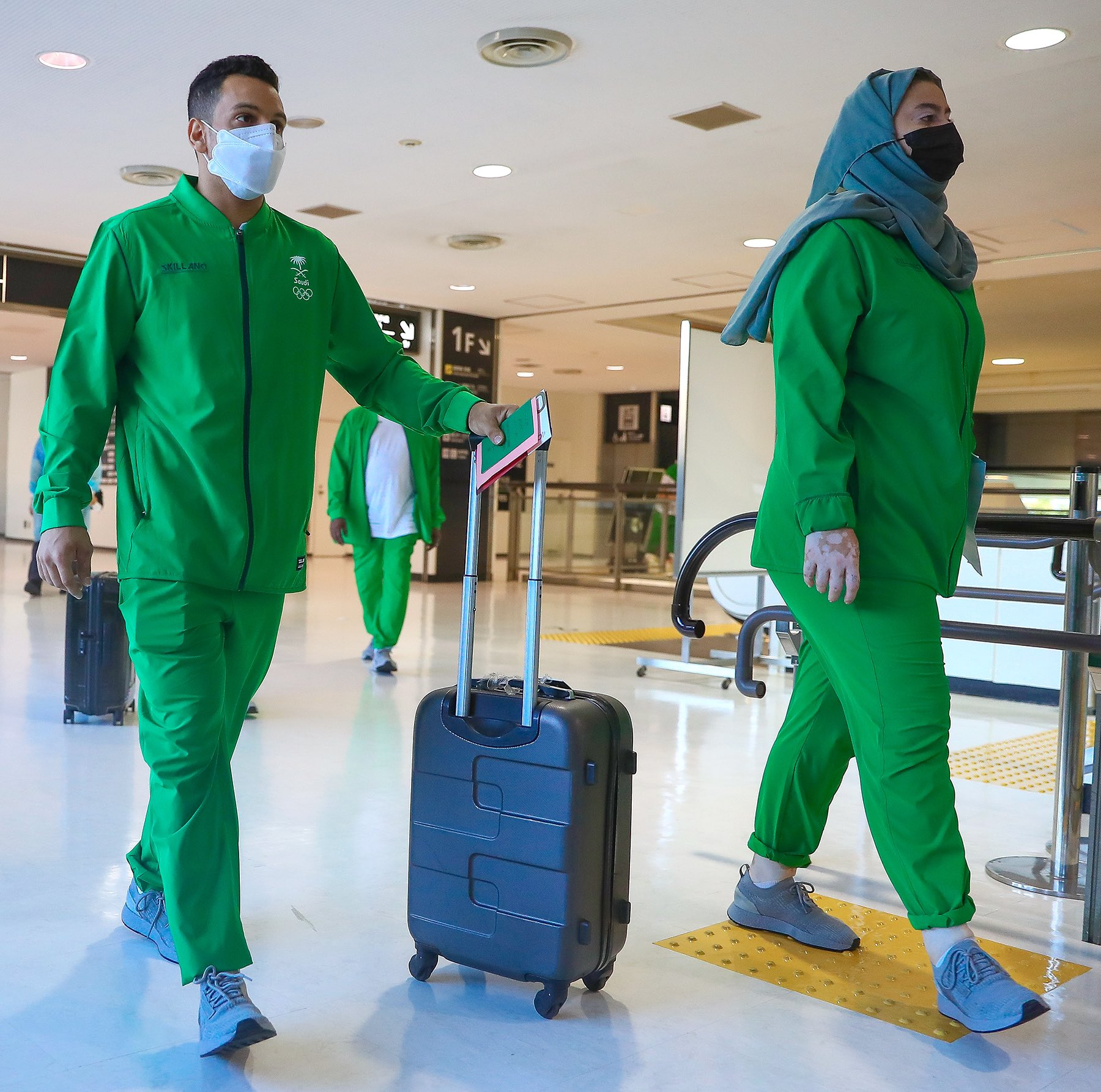 Saudi judo qualifiers Sulaiman Hamad and Tahani Al-Qahtani arrive in Tokyo for the Olympic games. (Twitter/@saudiolympic)
