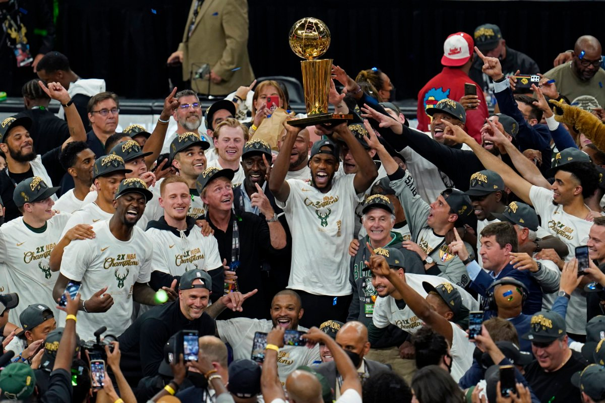 The Milwaukee Bucks celebrate with the championship trophy after defeating the Phoenix Suns in Game 6 of the NBA Finals 2021. (AP Photo/Paul Sancya)