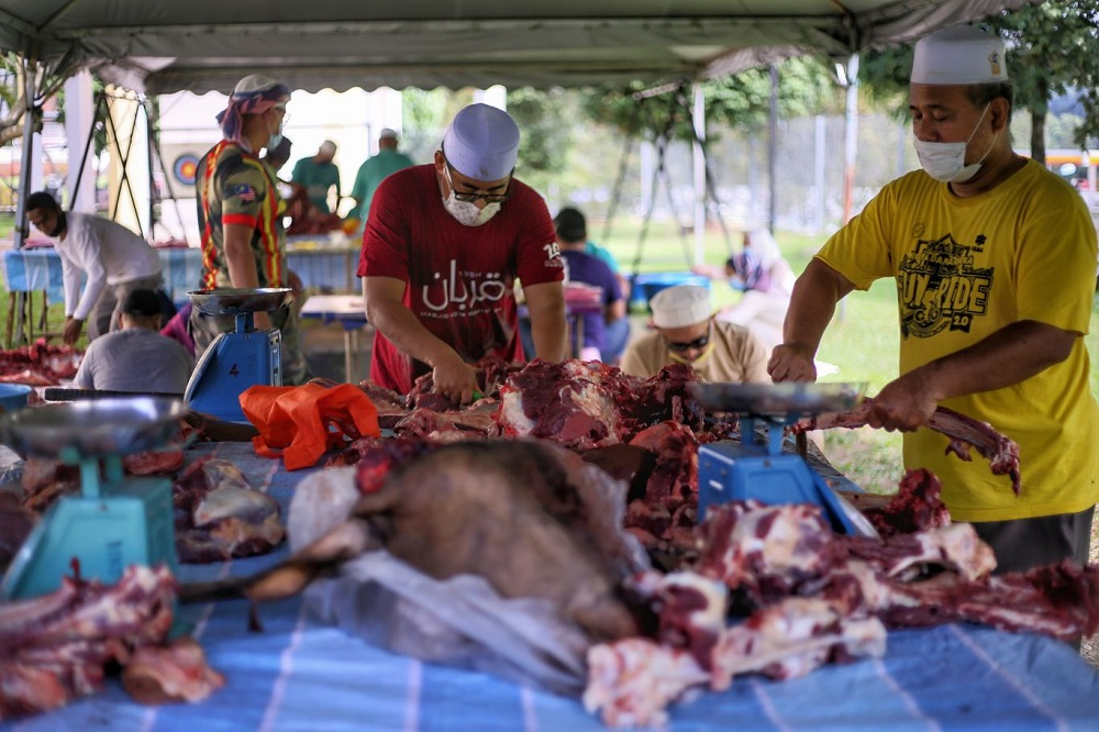 Members of the public adhere to Covid-19 SOPs as they take part in the ritual slaughter of a cow during Hari Raya Aidiladha at the Kota Damansara mosque in Petaling Jaya July 20, 2021. — Picture by Ahmad Zamzahuri