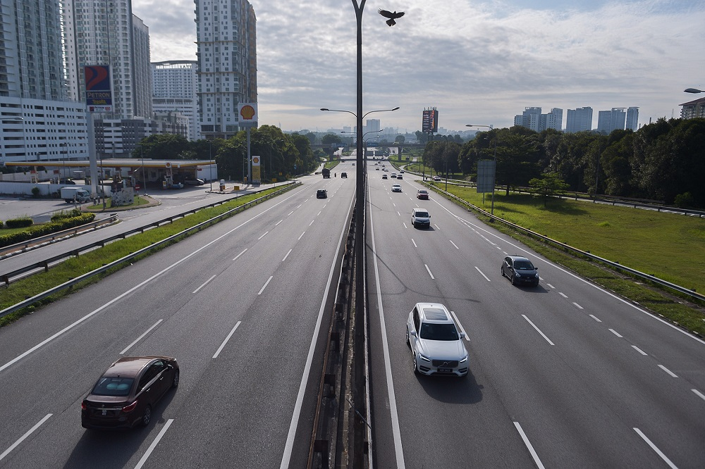A view of the Federal Highway in Selangor. MoH has denied a 20-second video excerpt that showed as if the government has given permission for interstate and inter-district travel for those who have completed their Covid-19 vaccination, as was spread on social media. ― File picture by Miera Zulyana