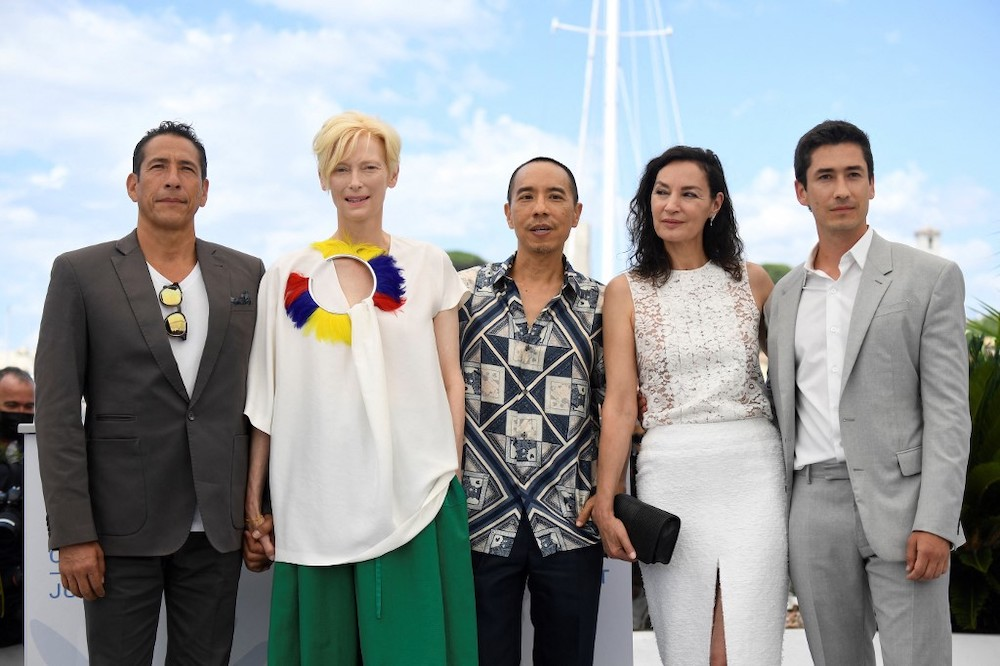 (From Left) Colombian actor Elkin Diaz, British actress Tilda Swinton, Thai director Apichatpong Weerasethakul, French actress Jeanne Balibar and Colombian actor Juan Pablo Urrego pose during a photocall for the film 'Memoria' at the 74th edition of t
