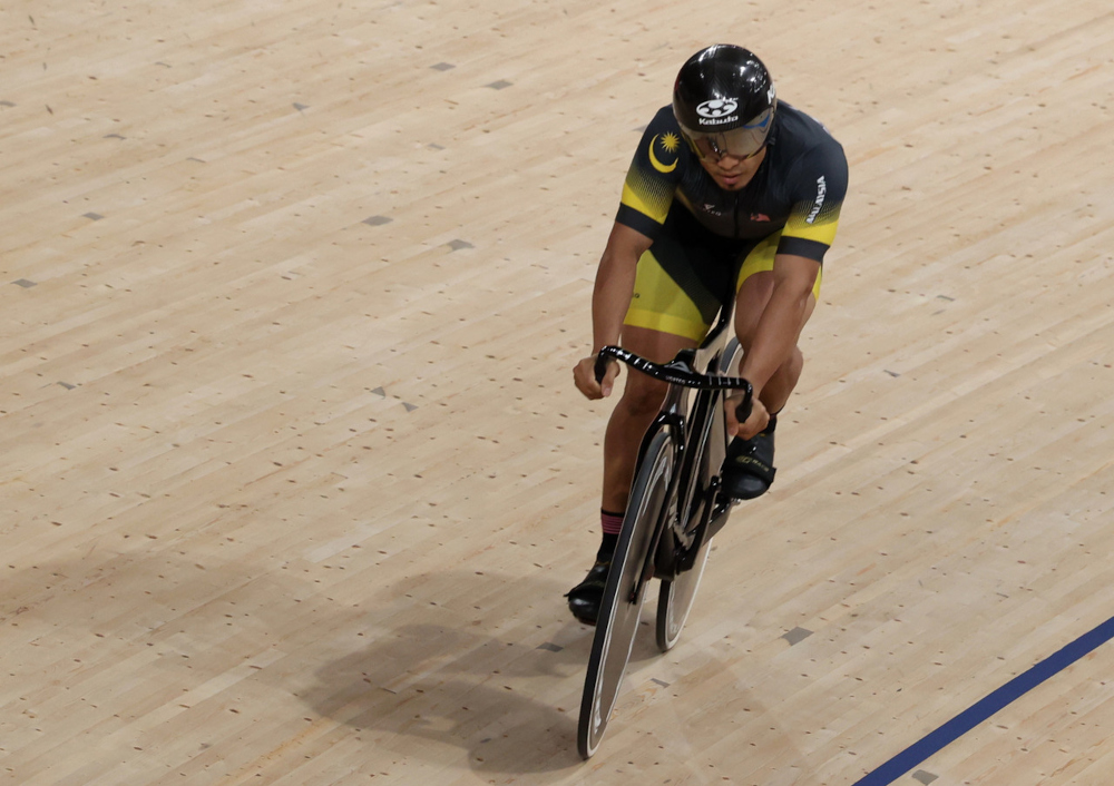 Mohd Azizulhasni Awang during a warm-up session before competing in the qualifying round of the sprint event at the Izo Veletrom in Tokyo, August 4, 2021. ― Bernama pic