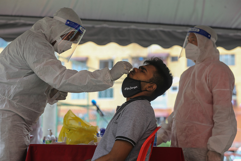 Health workers conduct Covid-19 swab tests at Flat Taman Desaria in Petaling Jaya August 29, 2021. — Picture by Yusof Mat Isa