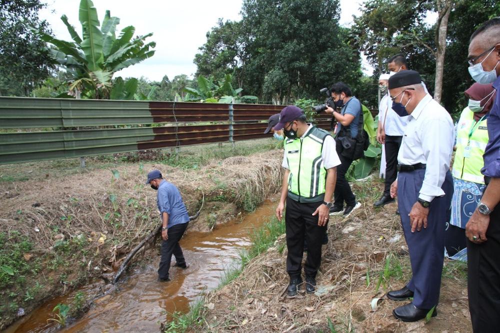 Environment and Water Minister Datuk Seri Tuan Ibrahim Tuan Man visits the affected river at Kampung Sri Aman September, near Seelong in Kulai September 15, 2021. — Picture by Ben Tan