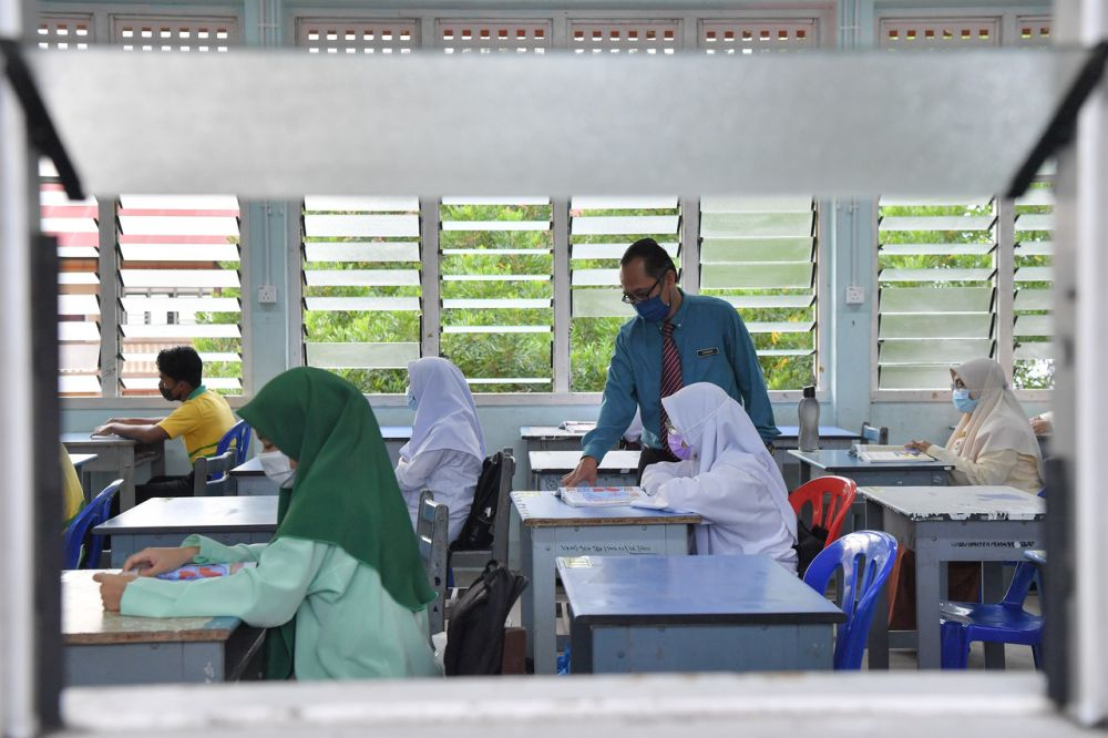 Deputy Education Minister Datuk Dr Mah Hang Soon said all Malaysian students registered with the MOE's Student Database Application System from national type schools (SJK), government-aided religious schools or private schools can apply for admission into SBP for the 2021 school session. — Bernama pic