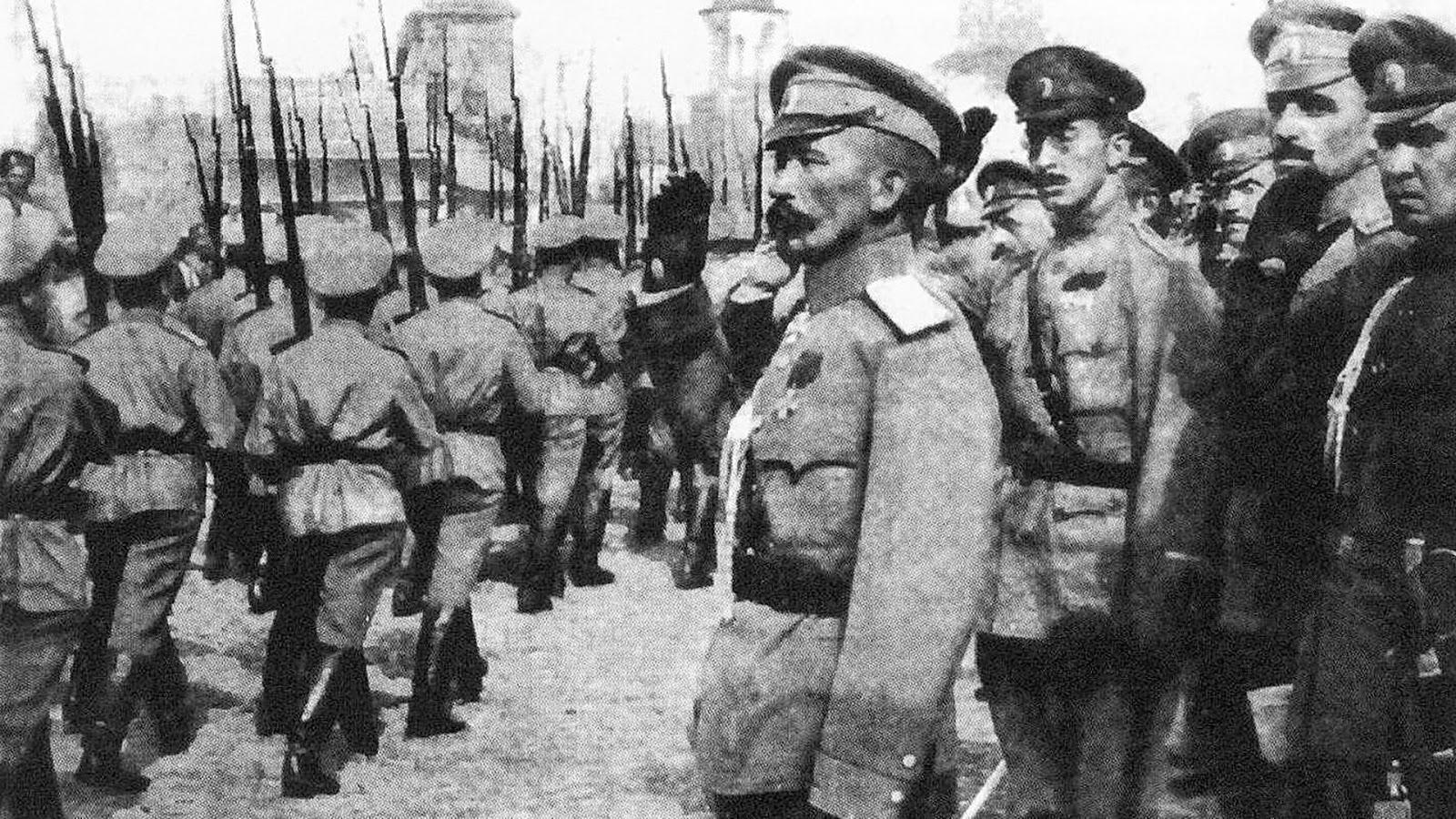 Il generale Kornilov passa in rassegna le sue truppe