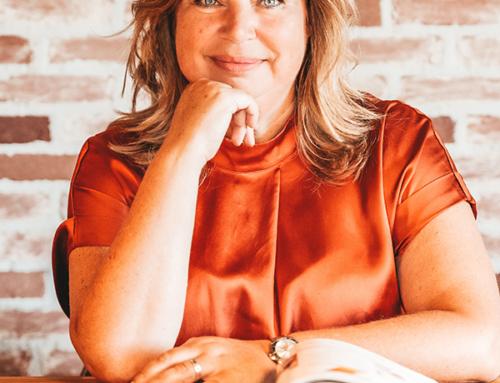 Karin runt een bedrijf in bewerkt hout: 'Ik leerde het mezelf aan'