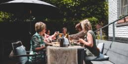 vriendinnen tafelen gezellig op het terras