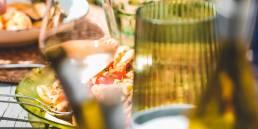 Heerlijk eten op tafel op het terras