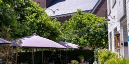 terras hotel restaurant in de schaduw van de kerk