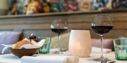gedekte restaurant tafel met rode wijn