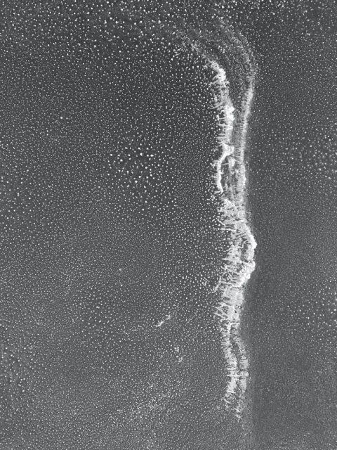 12 weeks of water – Luftfeuchtigkeit, Metallrahmen, Luftentfeuchter, Schlauch, Kanister, 2019, 200 x 300 cm, Polke und die Folgen, Akademie Galerie