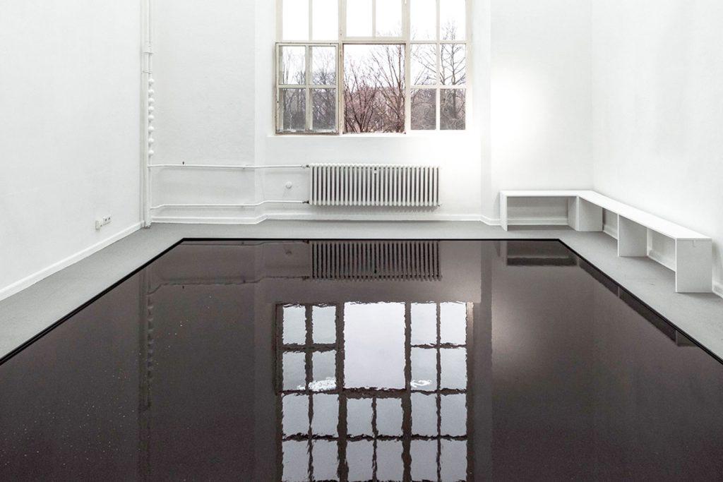 19 weeks of water I Luftfeuchtigkeit, Metallrahmen, Luftentfeuchter, Schlauch, Sitzbänke 2018, 430 x 500 cm Kunstakademie Düsseldorf