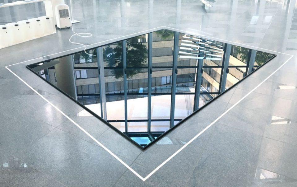19 weeks of water II Luftfeuchtigkeit, Metallrahmen, Luftentfeuchter, Schlauch, Kanister - 2018, 400 x 450 cm, PwC, Düsseldorf