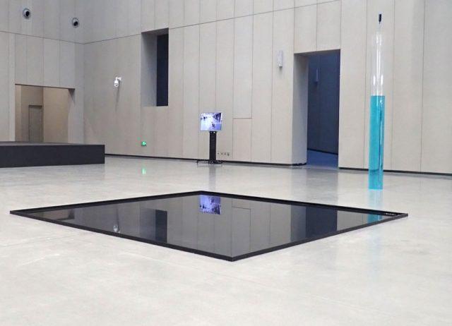 1 week of water Luftfeuchtigkeit, Metallrahmen, Luftentfeuchter, Kolbentrichter, 2018, 350 x 450 cm, Changchun Sculpture Museum