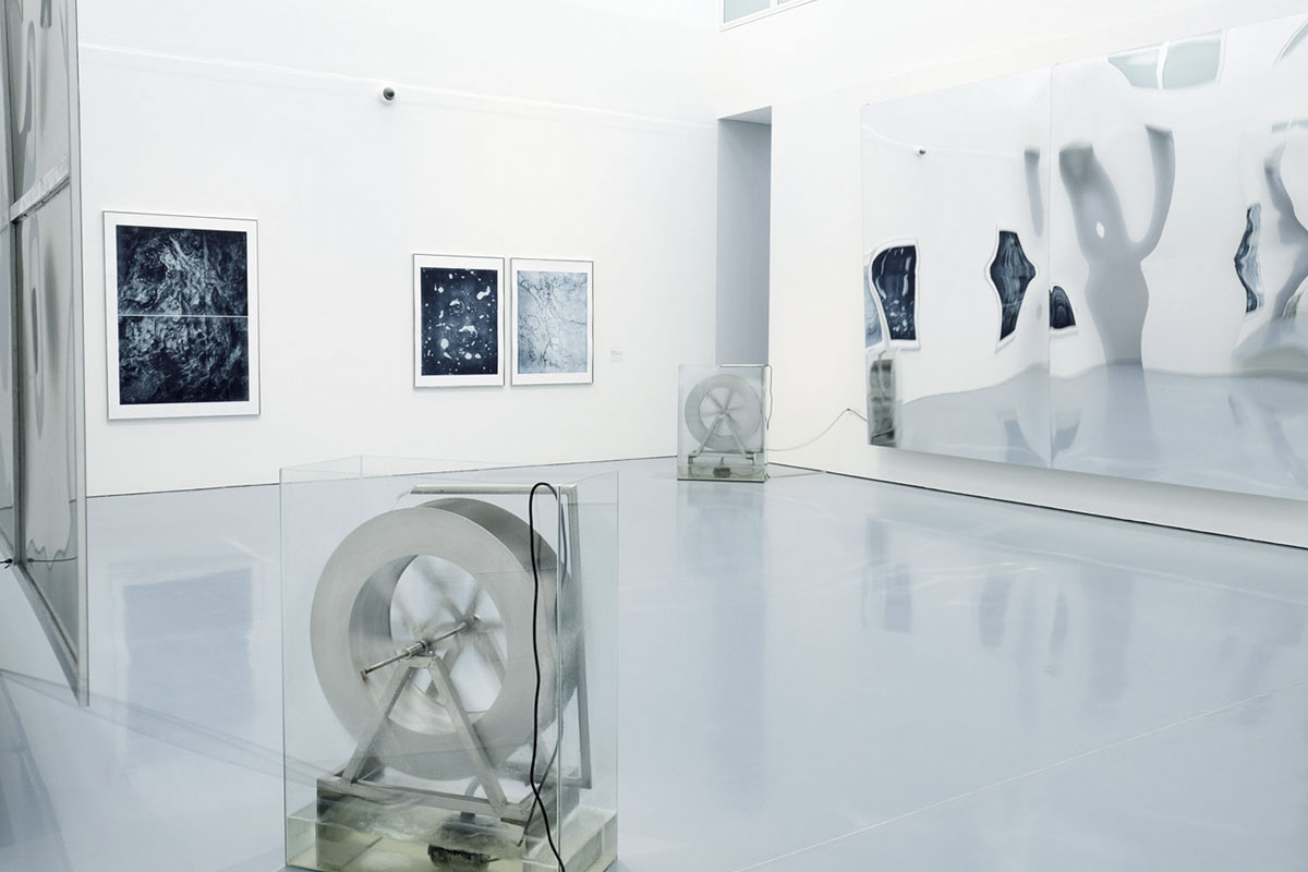 Raumschwankung (one day of water), 2019 Mirror, humidity, waterwheel, pump, glastank, rope. Installation view at Kunstpalast, Düsseldorf