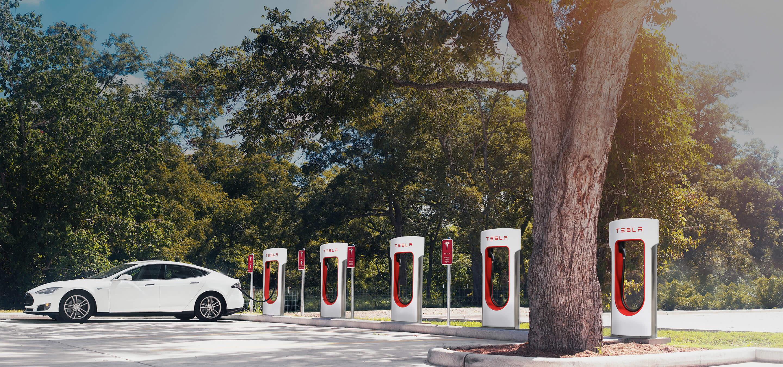 Tesla opent eerste Superchargerlocatie in België op zonne-energie