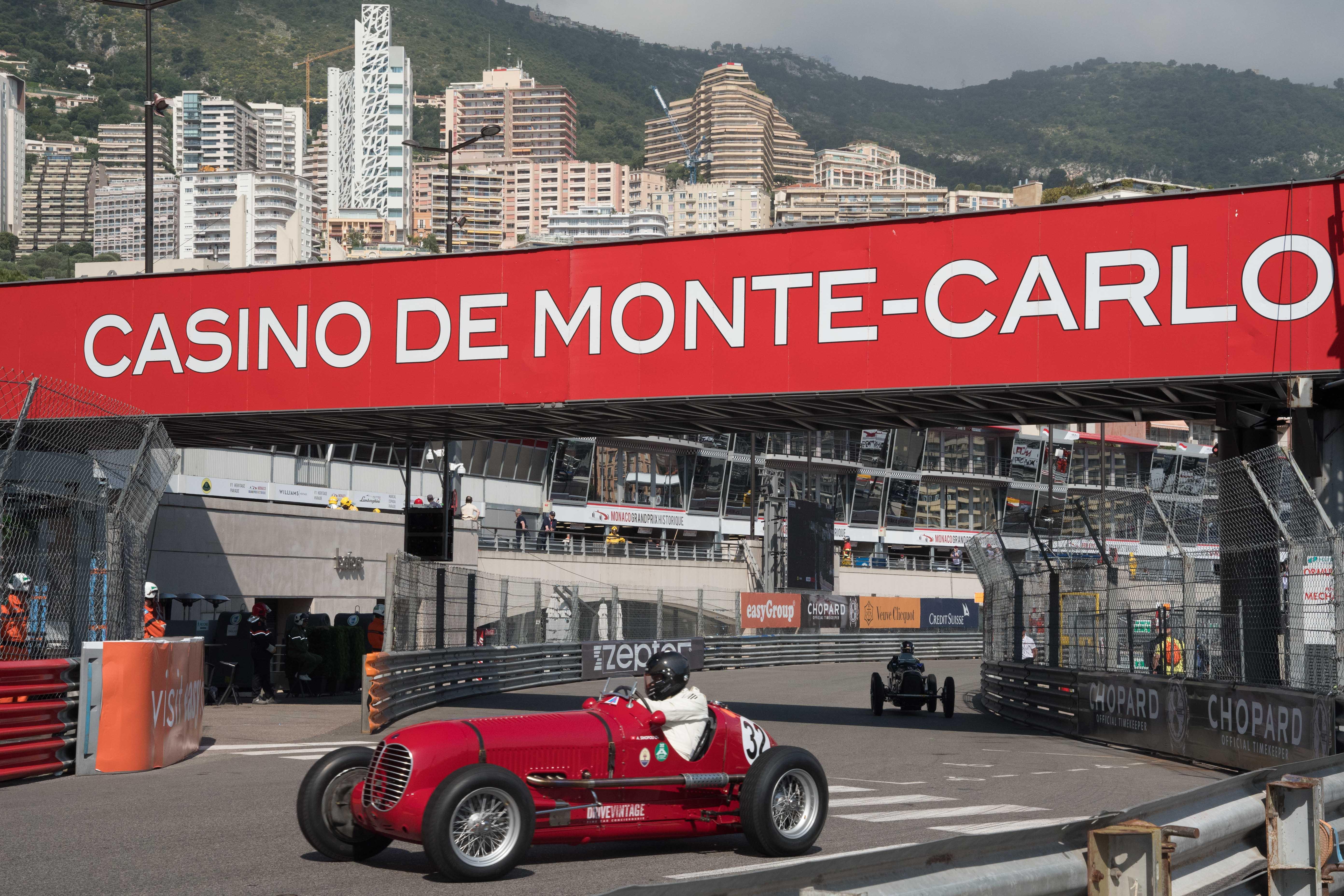 Klassieke Maserati's de baan op tijdens elfde Grand Prix de Monaco Historique