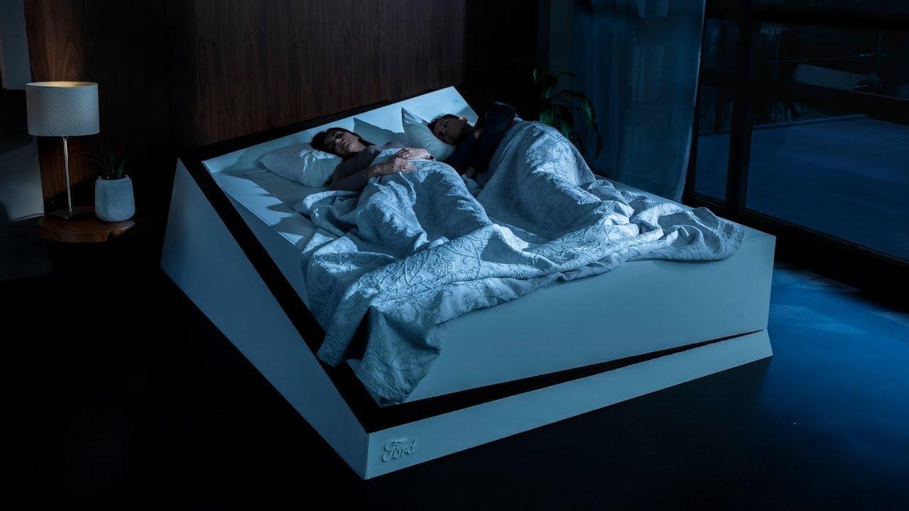 Intelligent bed rolt zelfzuchtige slapers terug naar hun kant met autotechnologie en een transportband
