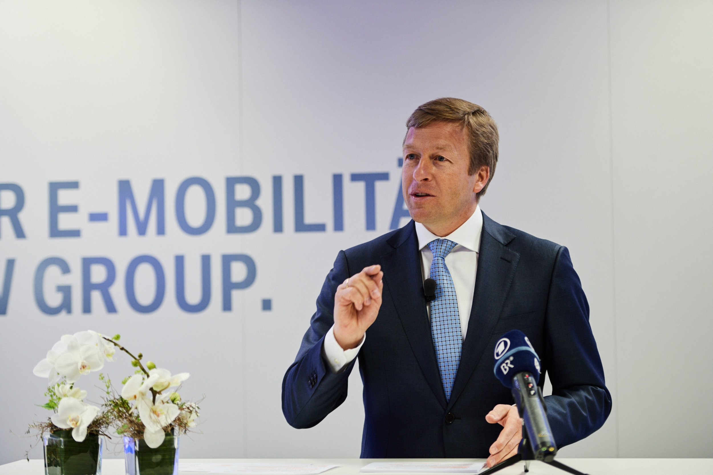 EU moet streven naar 1 miljoen openbare oplaadpunten voor elektrische voertuigen tegen 2024, zeggen autofabrikanten, milieuactivisten en consumentengroepen