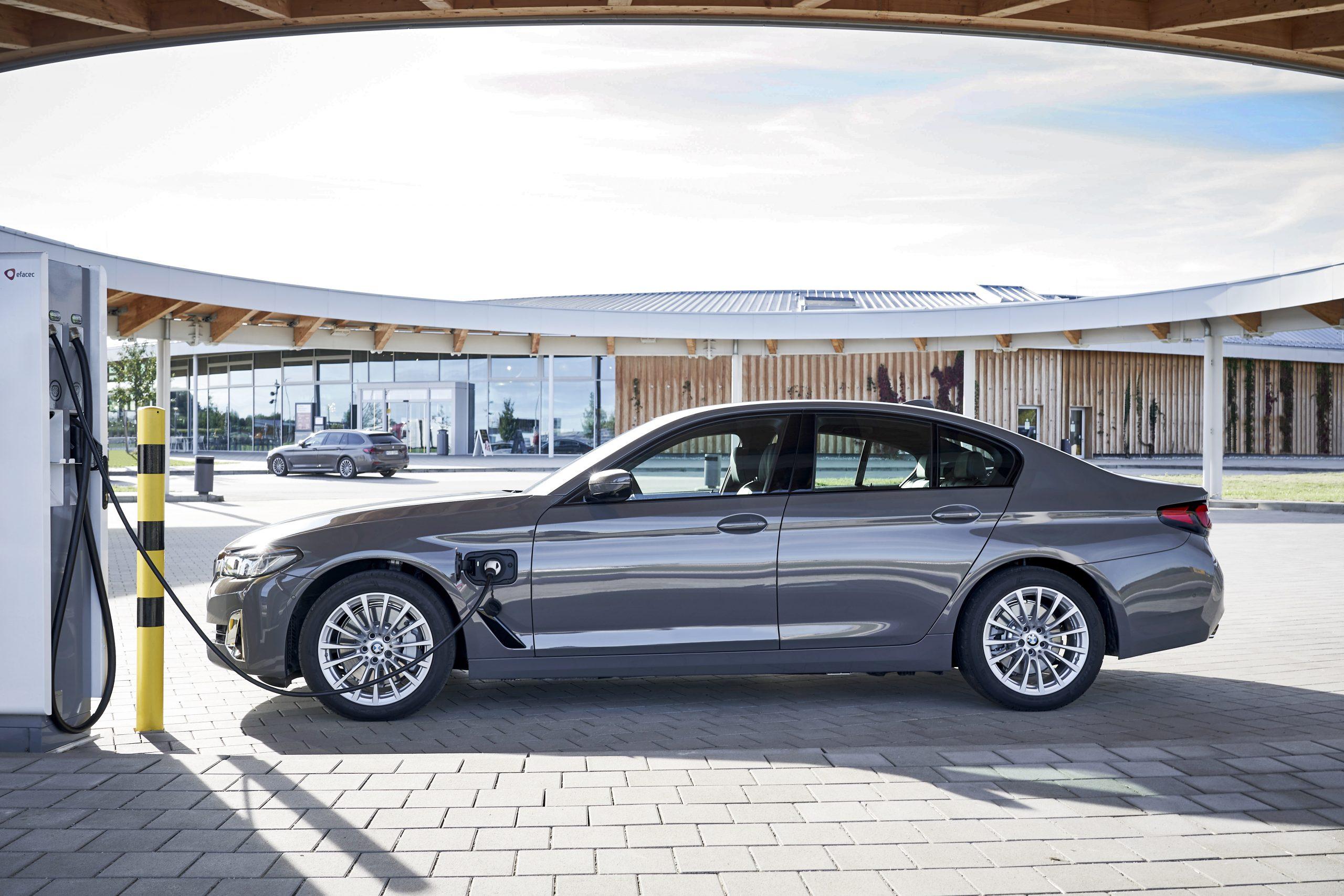 Nieuwe instapmodellen met plug-in-hybrideaandrijving voor de BMW 3 Reeks en BMW 5 Reeks.