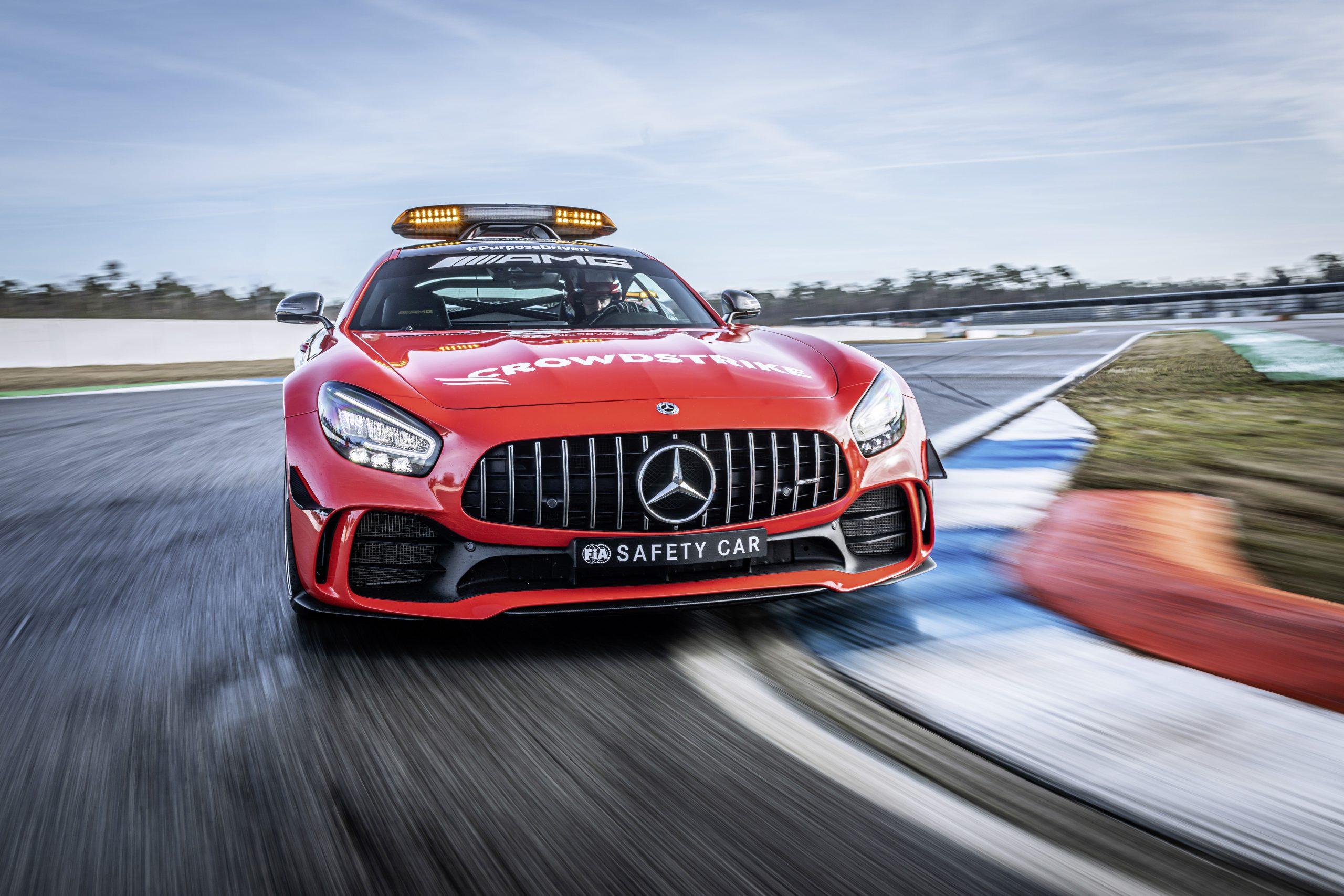 Nieuwe felrode lak verbetert de zichtbaarheid van de Safety en Medical Cars in de Formule 1