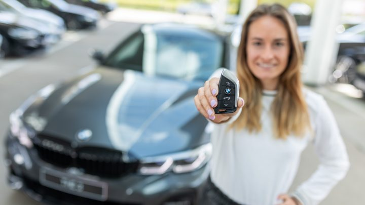 Tessa Wullaert neemt haar eerste BMW in ontvangst