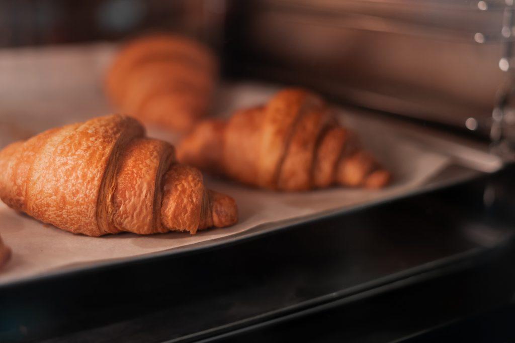 Croissants und frische Brötchen im Minibackofen