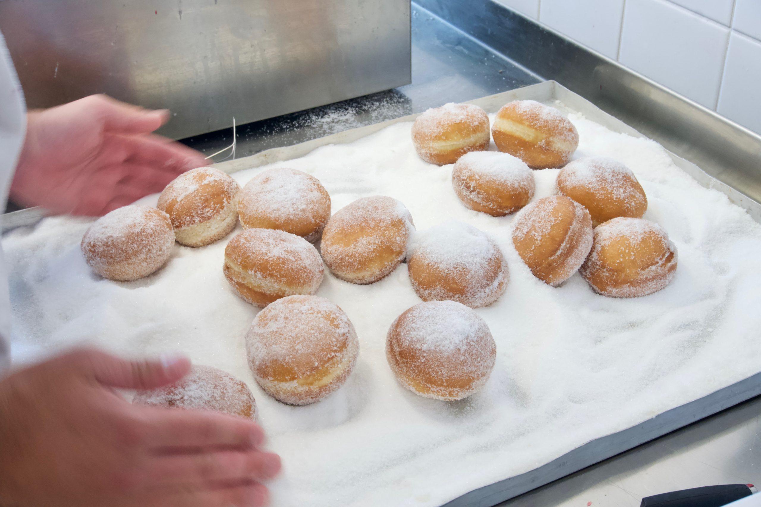 munkar rullas runt i socker