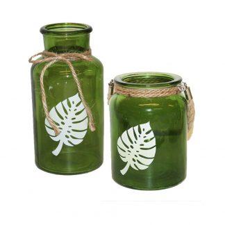 Set med ljuslykta och flaska i grönt glas med Monstera tryck
