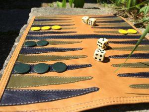 Håndlavet backgammon i genanvendt skind fra BAKANO design